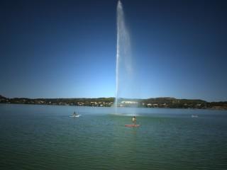 Le jet d'eau culmine à 50m sur l'étang de l'Olivier à Istres
