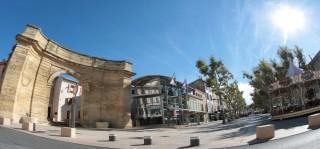 Les allées Jean Jaurès d'Istres et la porte d'Arles