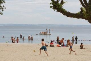Moment de détente et de loisir sur la plage de la Romaniquette d'Istres