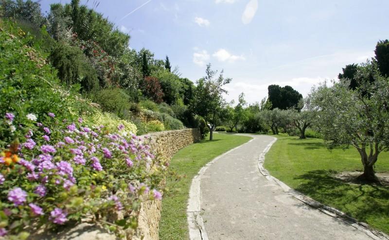 Le Jardin Méditerranéen au pied de l'étang de l'Olivier Istres