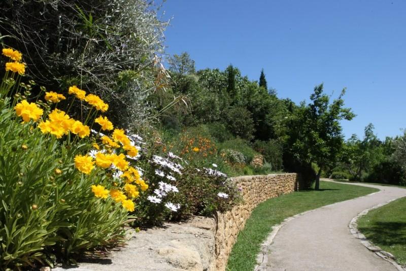 Le Jardin Méditerranén au pied de l'étang de l'Olivier
