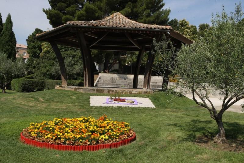 Kiosque Marie Mauron fleuri à Istres