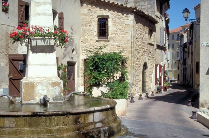 La fontaine aux dragons du centre ancien d'Istres