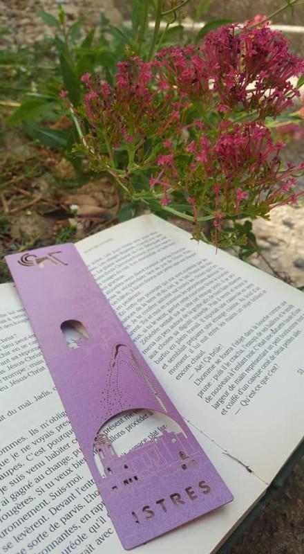 Le marque page Istres pour vos lectures en rouge violet