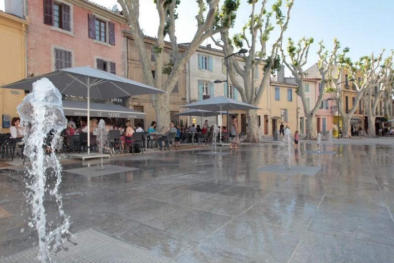 Les fontaines des allées Jean Jaures dans le centre ville d'Istres