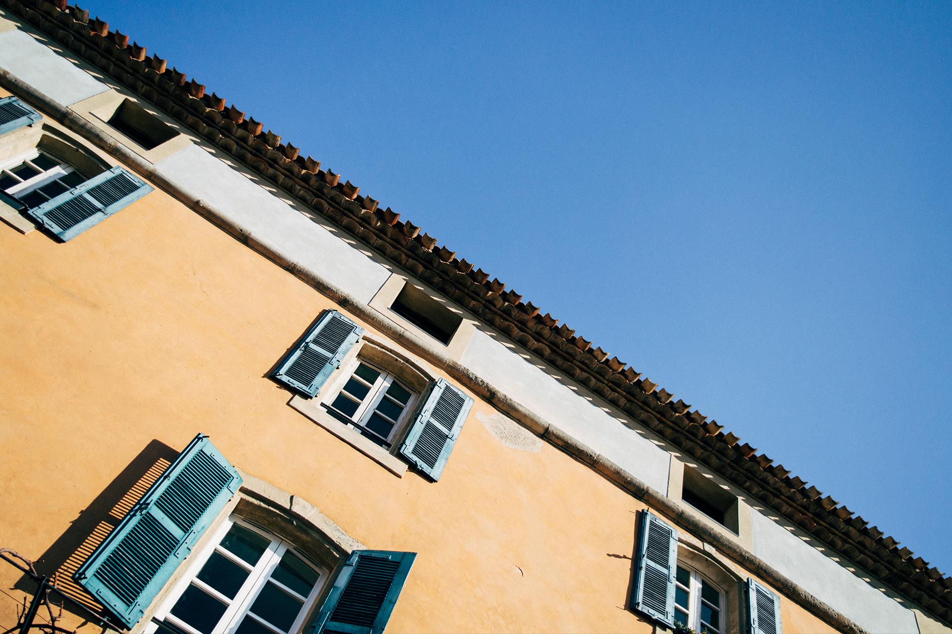 Façades du centre-ville d'Istres  - © Two Black Cameras