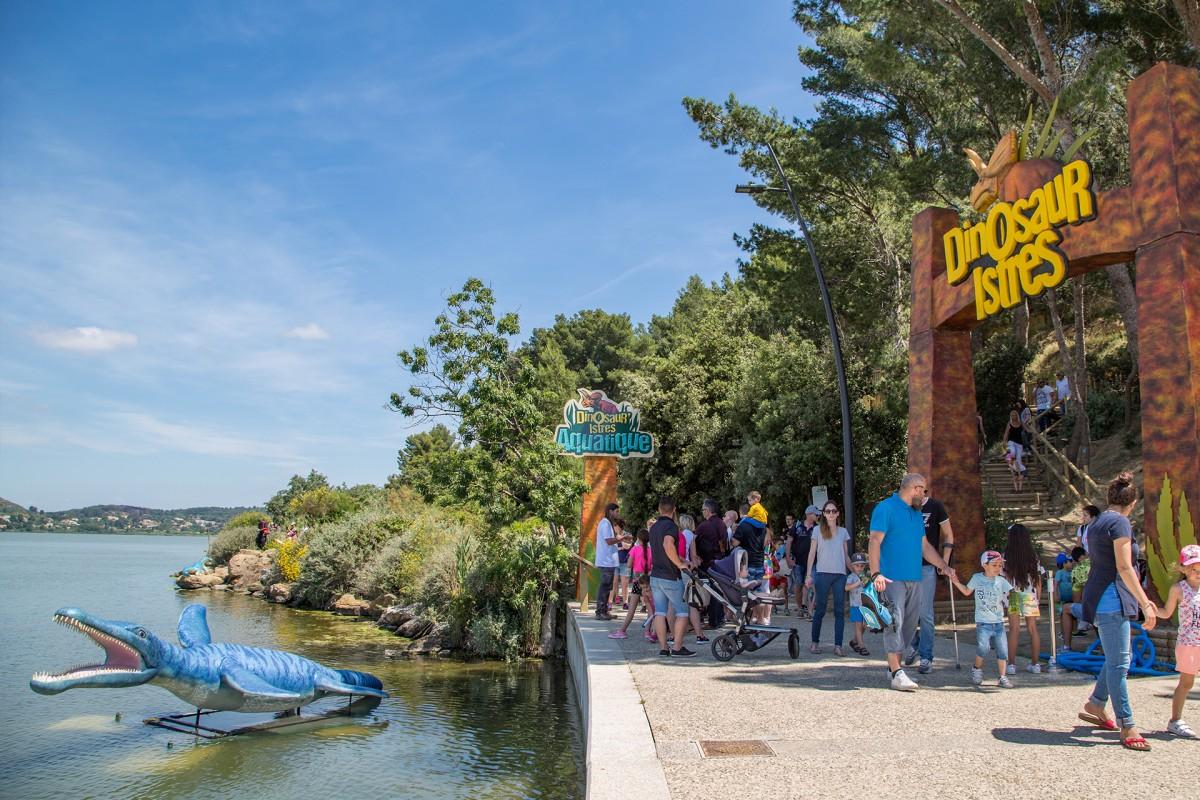 Bienvenue à Dinosaures, parc de dinosaures au bord de l'étang de l'Olivier