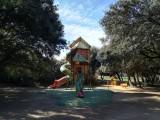 Aire de jeux pour enfants à l'ombre des pins