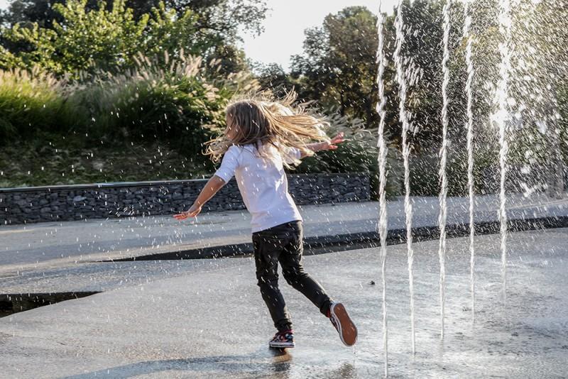 Les jets d'eau du parc, idéal pour se rafraîchir cet été